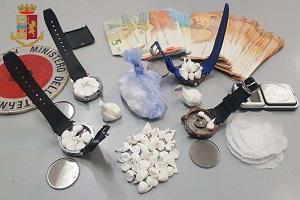 Imbottiva orologi di cocaina. Arrestato marocchino