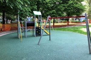 Via Rizzoli: la disfida dei giochi per bambini