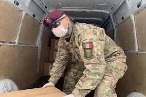 Volontari dell'EPA caricano aiuti umanitari destinati alle aree di crisi