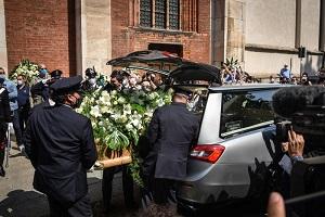 Funerale Fracci: applauso in chiesa e lacrime della famiglia