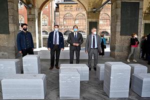Venti sedute e due stele commemorative nella Loggia dei mercanti