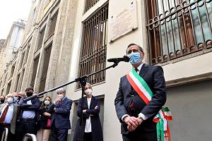 Scoperta in via dei Piatti una targa dedicata a Enzo Tortora