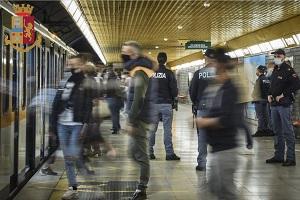 Controlli a Rogoredo e nella rete metropolitana: 17 ordini di allontanamento