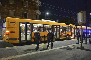 Danneggia autobus e minaccia autista