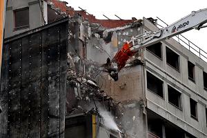 Iniziata la demolizione delle torri di via Tofano