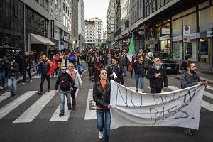 In piazza Duomo centinaia di manifestanti: nessuna tensione